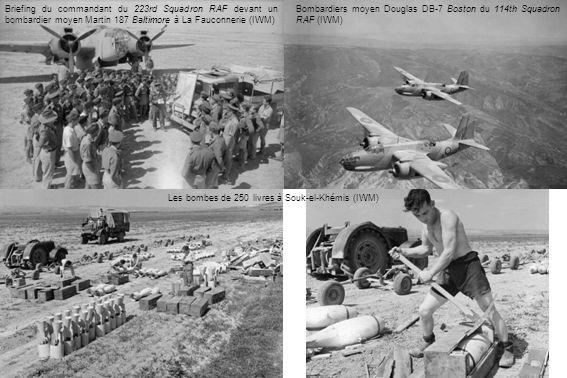 Briefing du commandant du 223rd Squadron RAF devant un bombardier moyen Martin 187 Baltimore à La Fauconnerie (IWM)