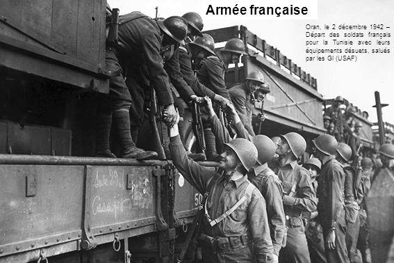 Armée française Oran, le 2 décembre 1942 – Départ des soldats français pour la Tunisie avec leurs équipements désuets, salués par les GI (USAF)