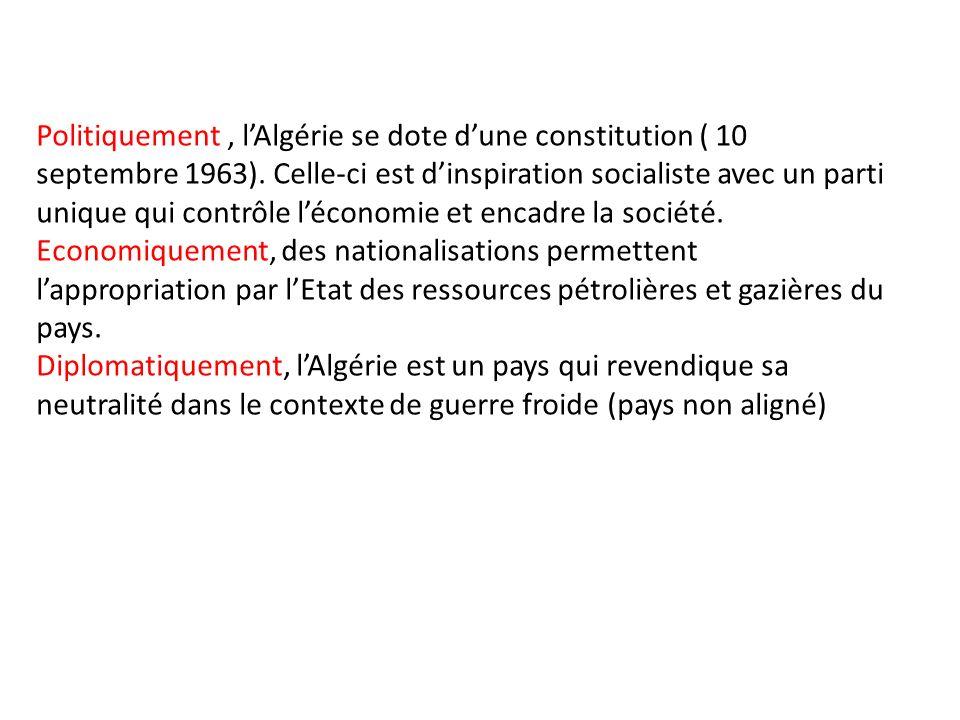 Politiquement , l'Algérie se dote d'une constitution ( 10 septembre 1963). Celle-ci est d'inspiration socialiste avec un parti unique qui contrôle l'économie et encadre la société.