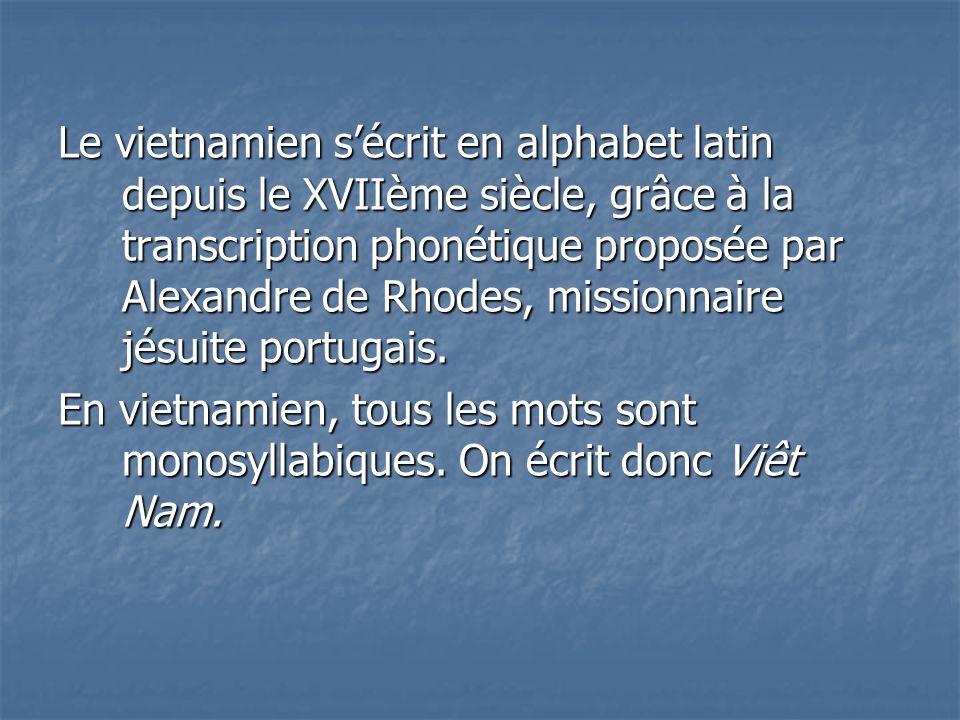 Le vietnamien s'écrit en alphabet latin depuis le XVIIème siècle, grâce à la transcription phonétique proposée par Alexandre de Rhodes, missionnaire jésuite portugais.
