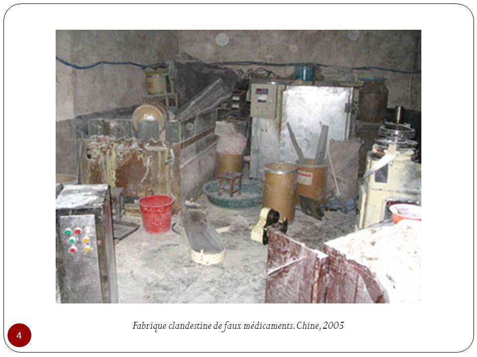 Fabrique clandestine de faux médicaments. Chine, 2005