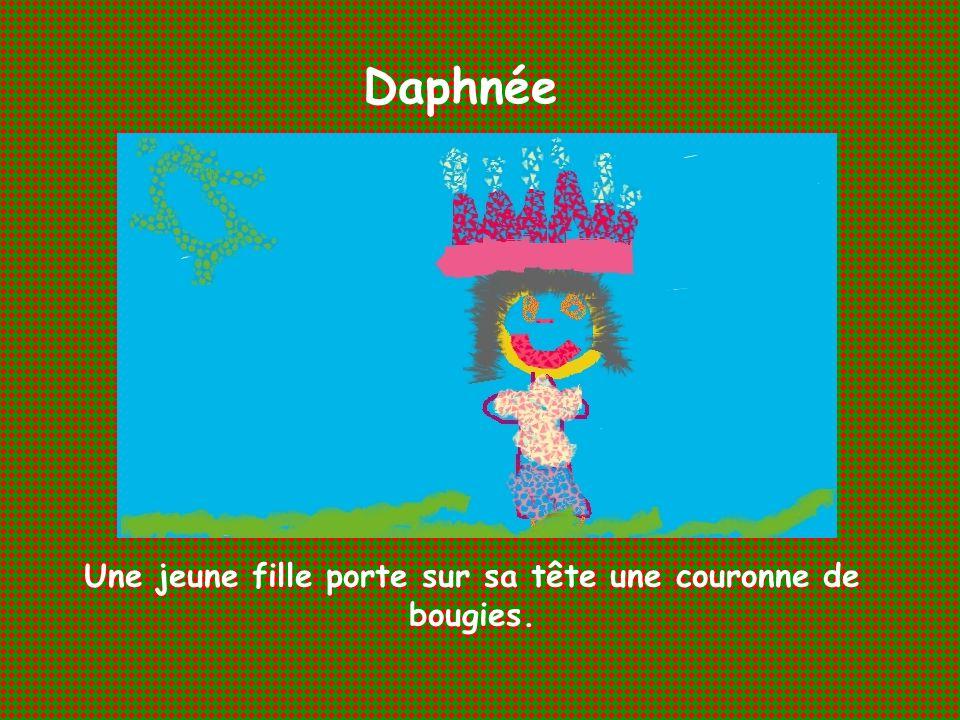 Une jeune fille porte sur sa tête une couronne de bougies.