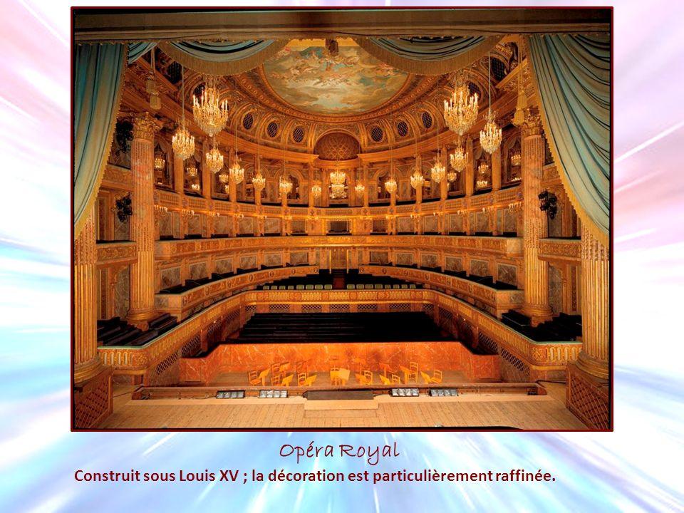 Opéra Royal Construit sous Louis XV ; la décoration est particulièrement raffinée.