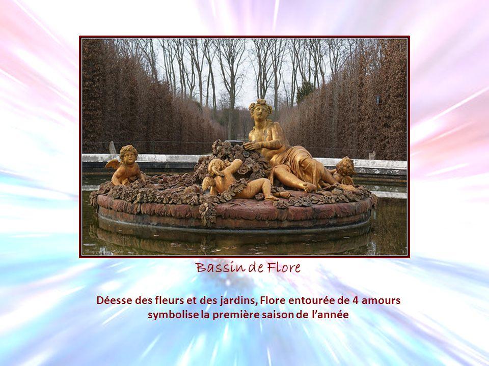 Bassin de Flore Déesse des fleurs et des jardins, Flore entourée de 4 amours.