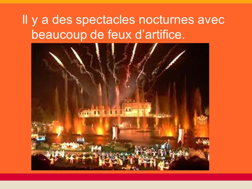 Il y a des spectacles nocturnes avec beaucoup de feux d'artifice.