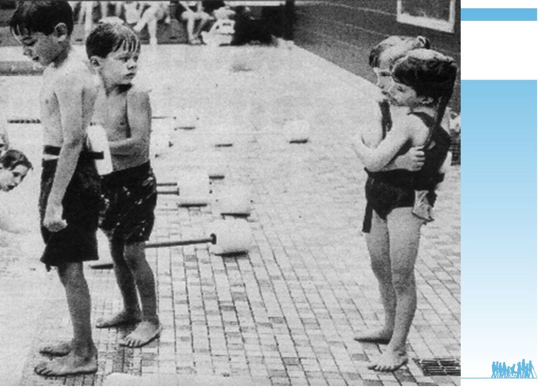 Abby et Britty Hensel, sœurs siamoises, vues à la piscine, par un petit garçon, plus intrigué que choqué par la vision de ce corps si singulier.