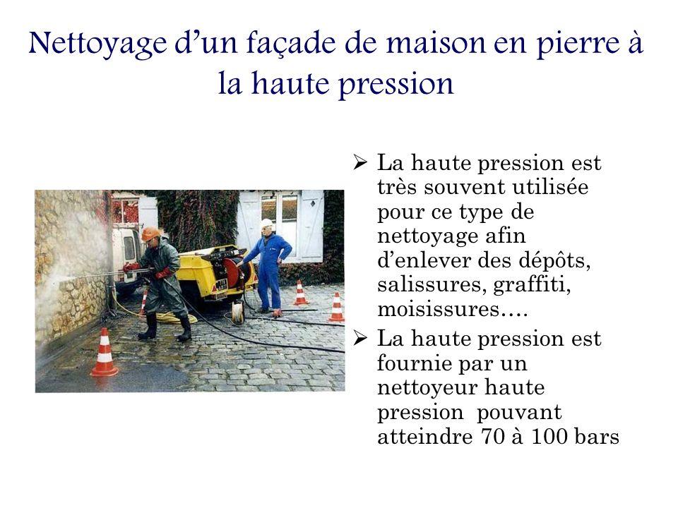 Nettoyage d'un façade de maison en pierre à la haute pression