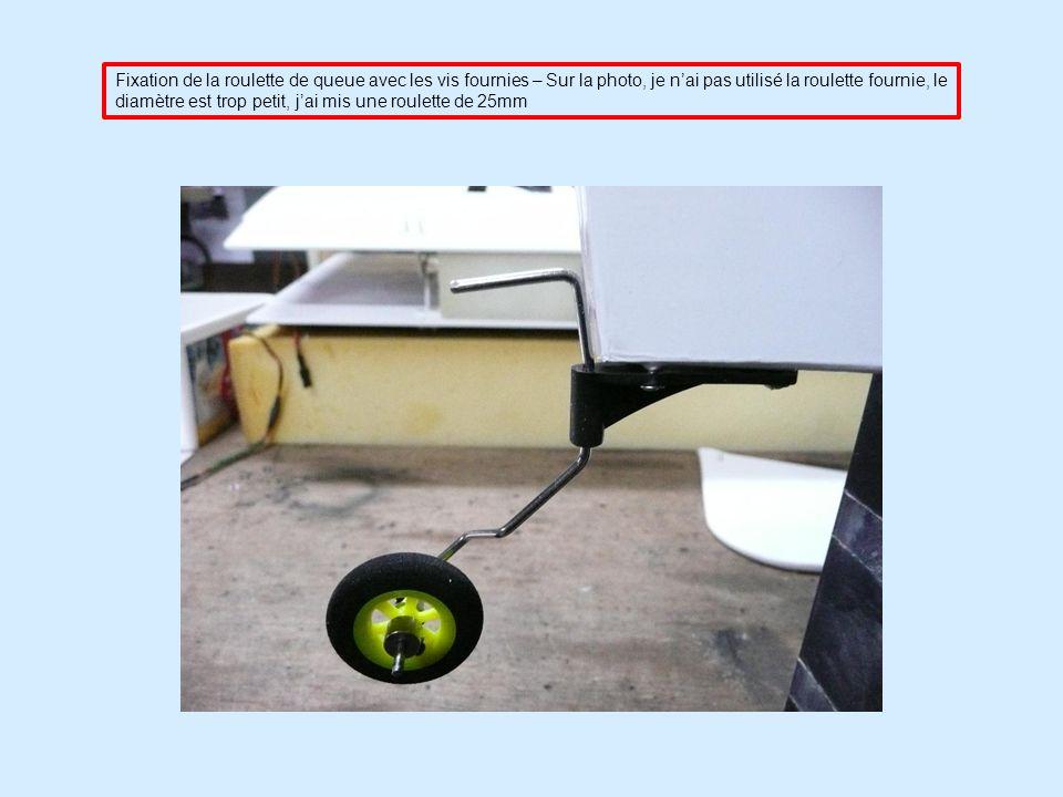 Fixation de la roulette de queue avec les vis fournies – Sur la photo, je n'ai pas utilisé la roulette fournie, le diamètre est trop petit, j'ai mis une roulette de 25mm