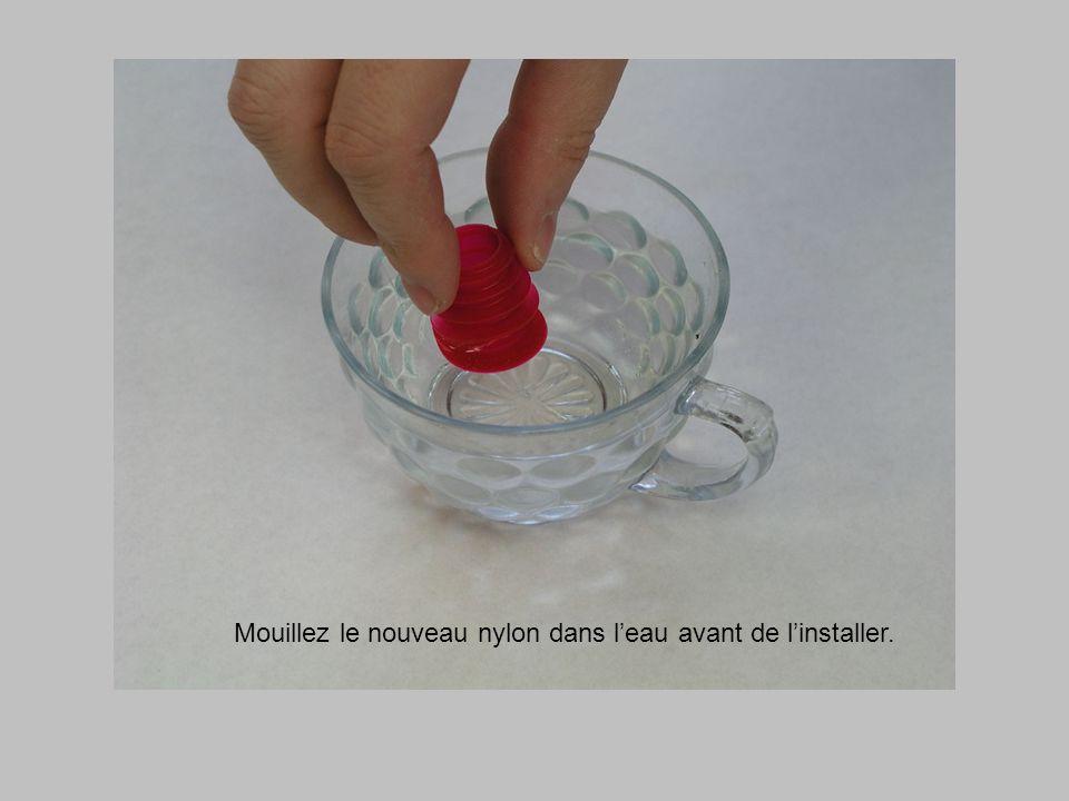 Mouillez le nouveau nylon dans l'eau avant de l'installer.