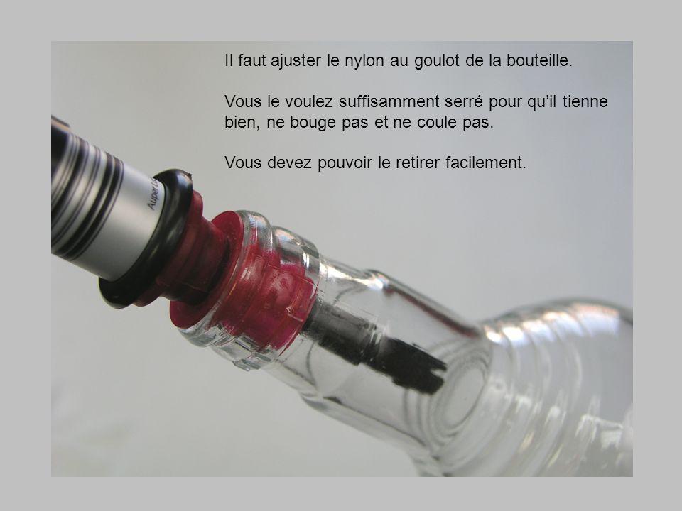 Il faut ajuster le nylon au goulot de la bouteille.