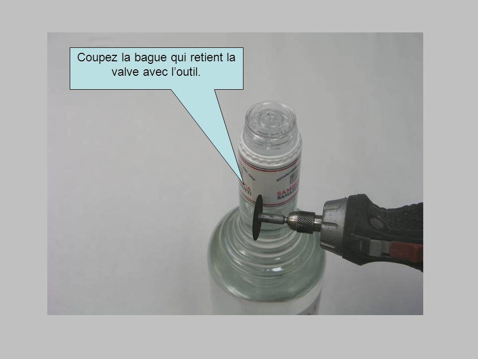 Coupez la bague qui retient la valve avec l'outil.