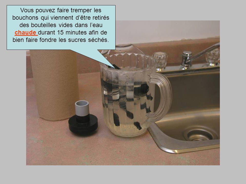 Vous pouvez faire tremper les bouchons qui viennent d'être retirés des bouteilles vides dans l'eau chaude durant 15 minutes afin de bien faire fondre les sucres séchés.