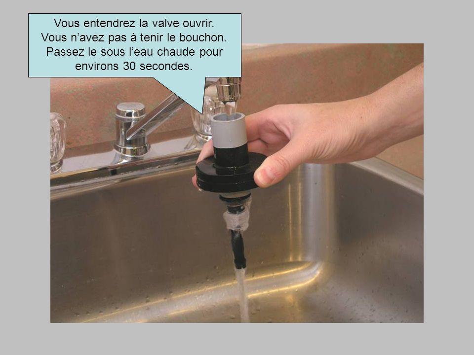 Vous entendrez la valve ouvrir. Vous n'avez pas à tenir le bouchon.
