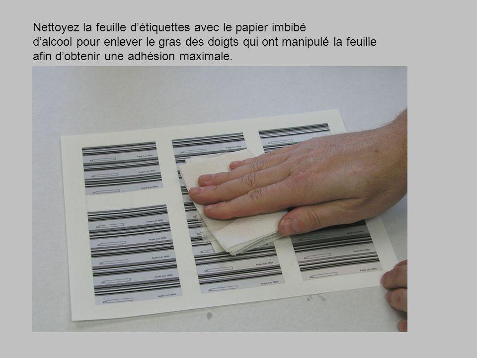 Nettoyez la feuille d'étiquettes avec le papier imbibé