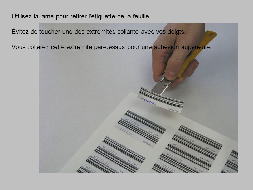Utilisez la lame pour retirer l'étiquette de la feuille.