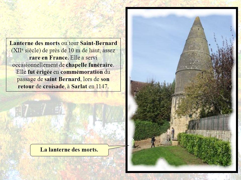 Lanterne des morts ou tour Saint-Bernard (XIIe siècle) de près de 10 m de haut, assez rare en France. Elle a servi occasionnellement de chapelle funéraire. Elle fut érigée en commémoration du passage de saint Bernard, lors de son retour de croisade, à Sarlat en 1147.