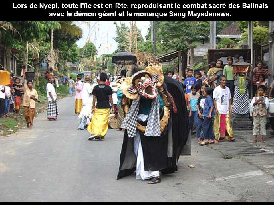 Lors de Nyepi, toute l île est en fête, reproduisant le combat sacré des Balinais avec le démon géant et le monarque Sang Mayadanawa.