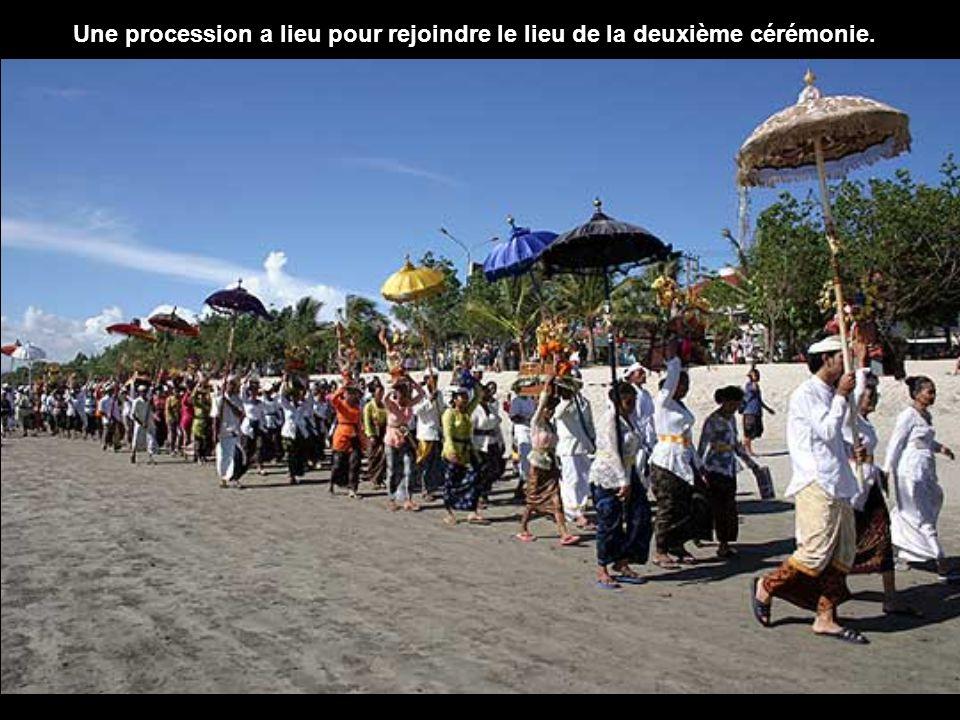 Une procession a lieu pour rejoindre le lieu de la deuxième cérémonie.