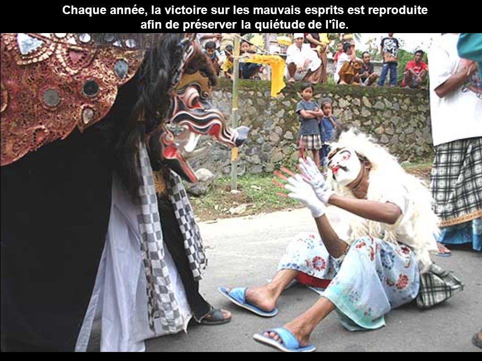 Chaque année, la victoire sur les mauvais esprits est reproduite afin de préserver la quiétude de l île.