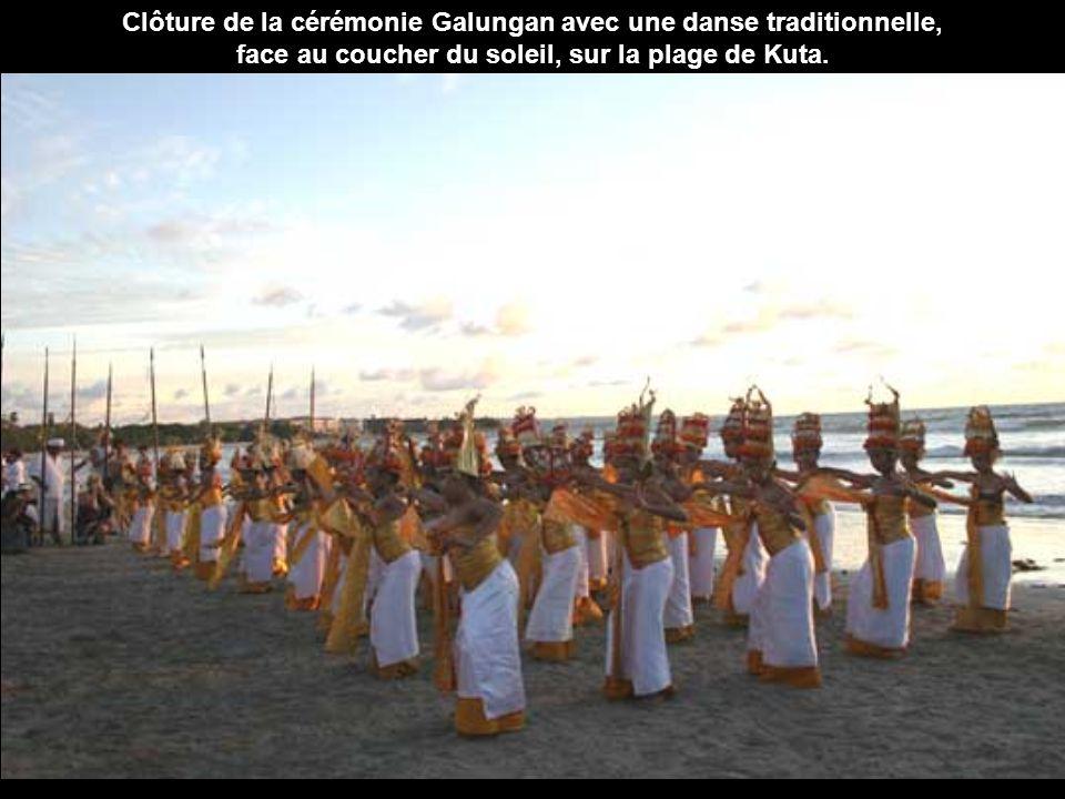 Clôture de la cérémonie Galungan avec une danse traditionnelle,