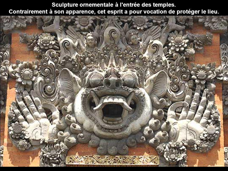 Sculpture ornementale à l entrée des temples