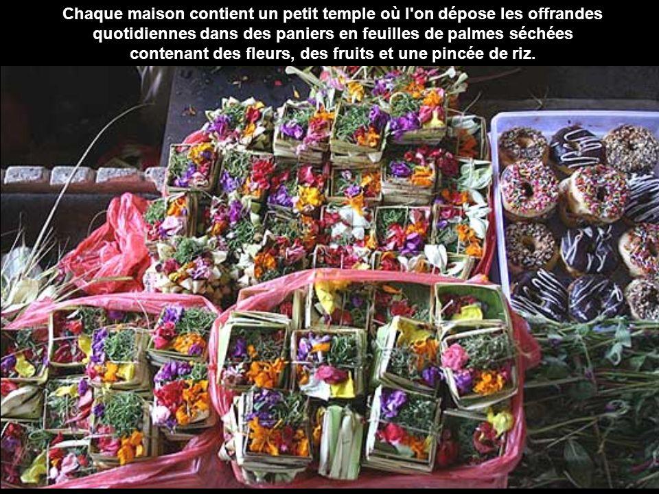 contenant des fleurs, des fruits et une pincée de riz.