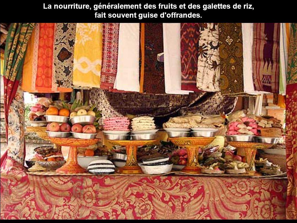La nourriture, généralement des fruits et des galettes de riz,