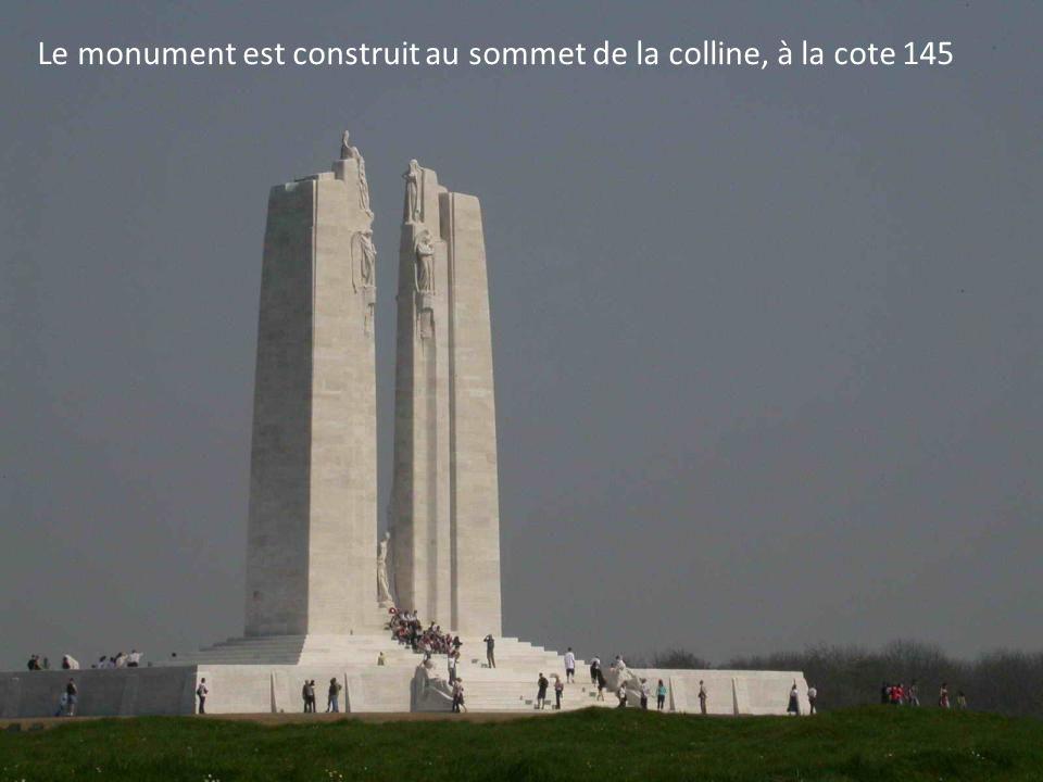 Le monument est construit au sommet de la colline, à la cote 145