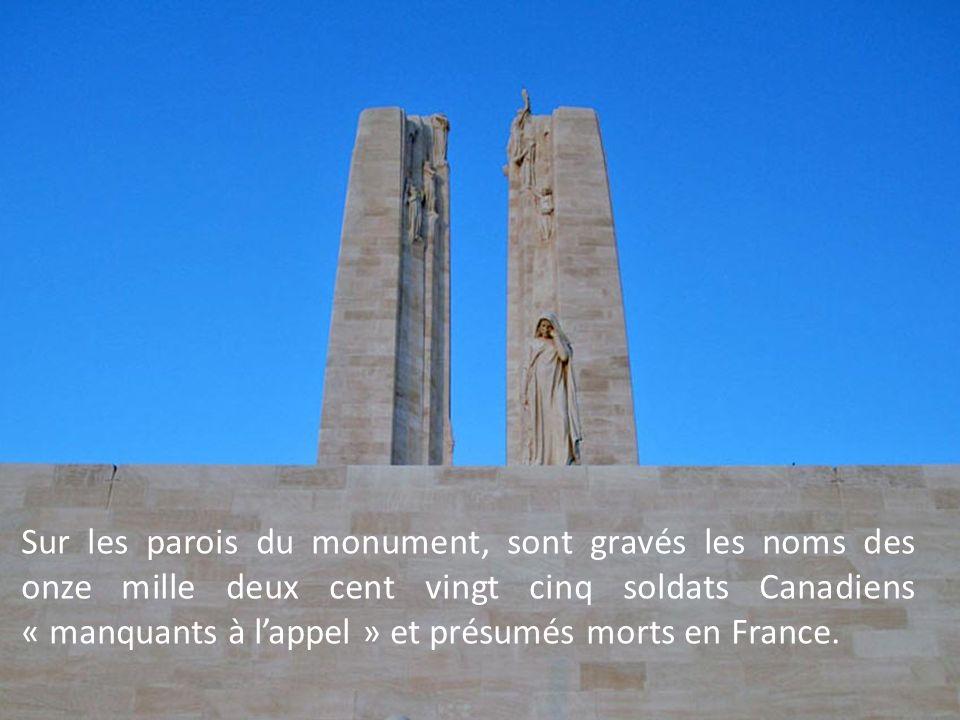 Sur les parois du monument, sont gravés les noms des onze mille deux cent vingt cinq soldats Canadiens « manquants à l'appel » et présumés morts en France.