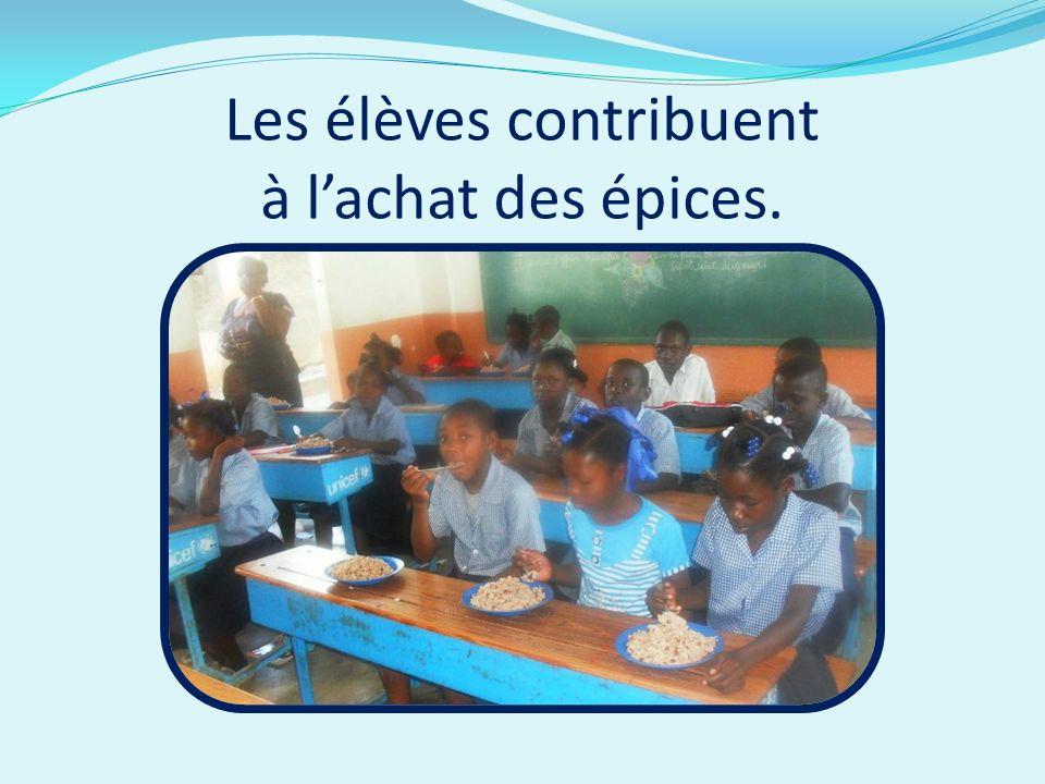 Les élèves contribuent à l'achat des épices.
