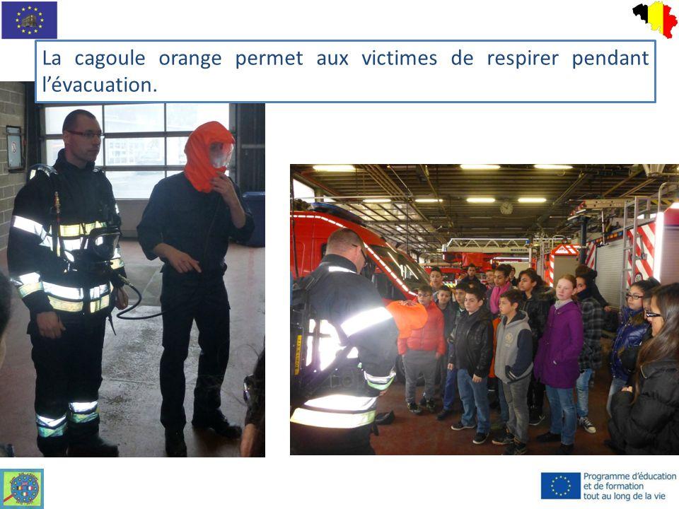 La cagoule orange permet aux victimes de respirer pendant l'évacuation.