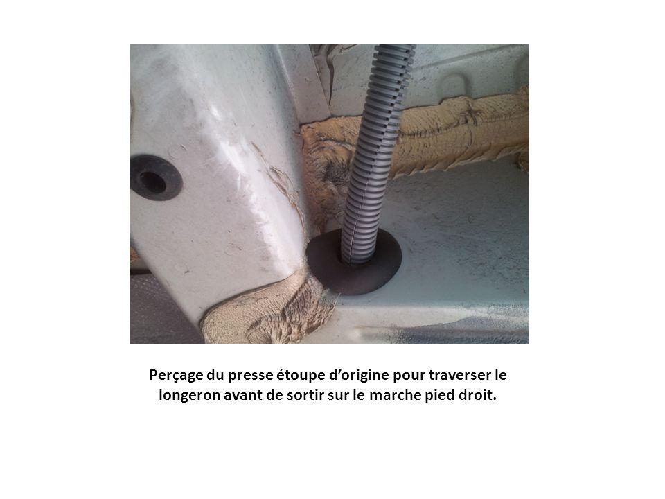 Perçage du presse étoupe d'origine pour traverser le longeron avant de sortir sur le marche pied droit.