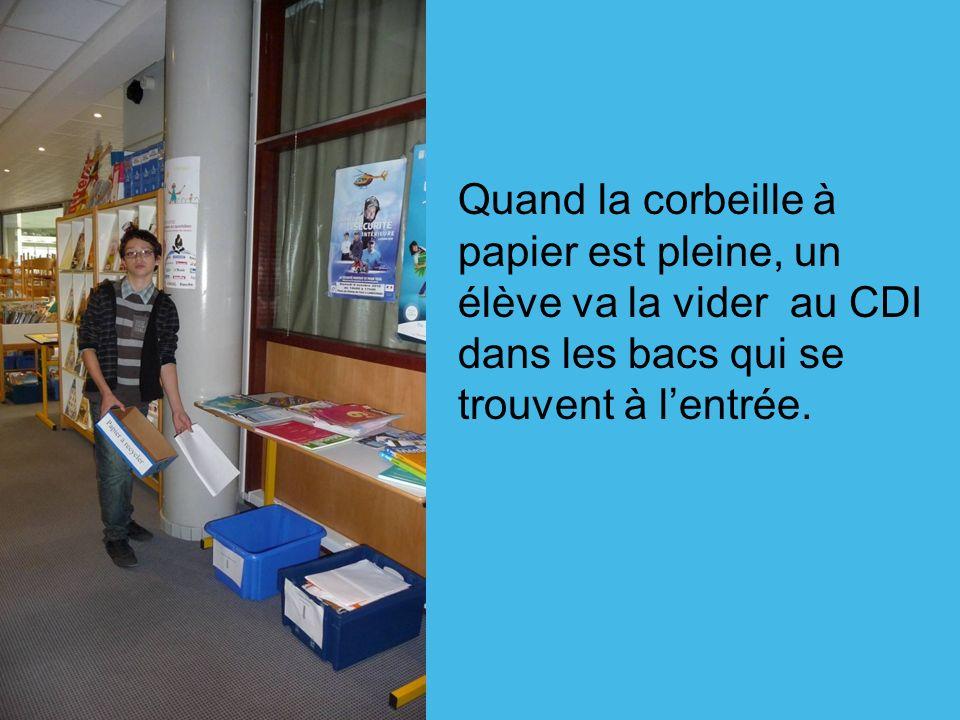 Quand la corbeille à papier est pleine, un élève va la vider au CDI dans les bacs qui se trouvent à l'entrée.