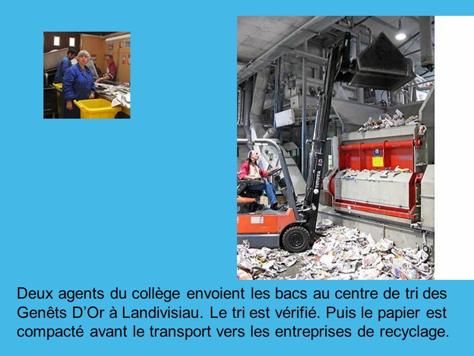 Deux agents du collège envoient les bacs au centre de tri des Genêts D'Or à Landivisiau.