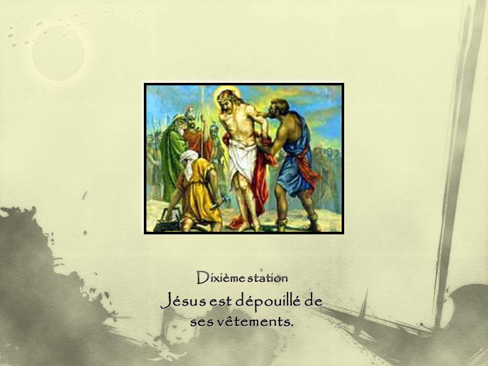 Jésus est dépouillé de ses vêtements.
