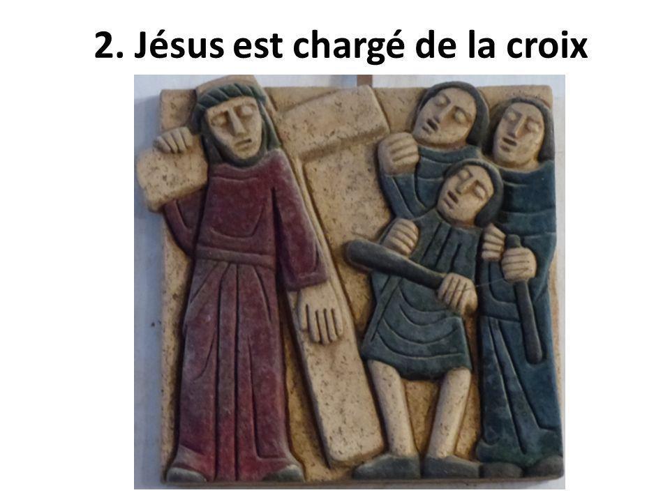 2. Jésus est chargé de la croix