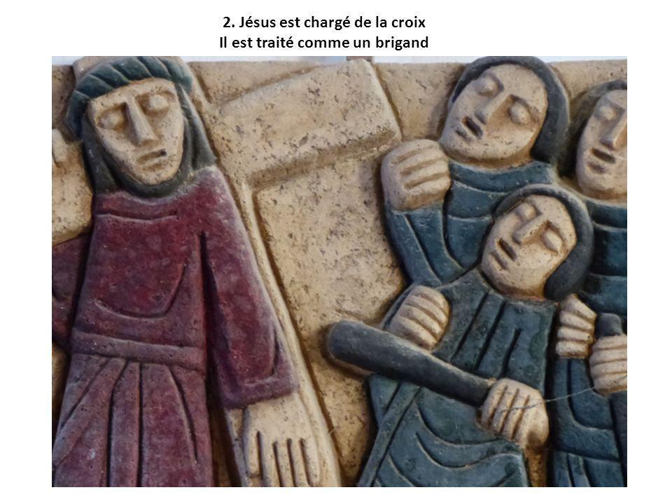 2. Jésus est chargé de la croix Il est traité comme un brigand