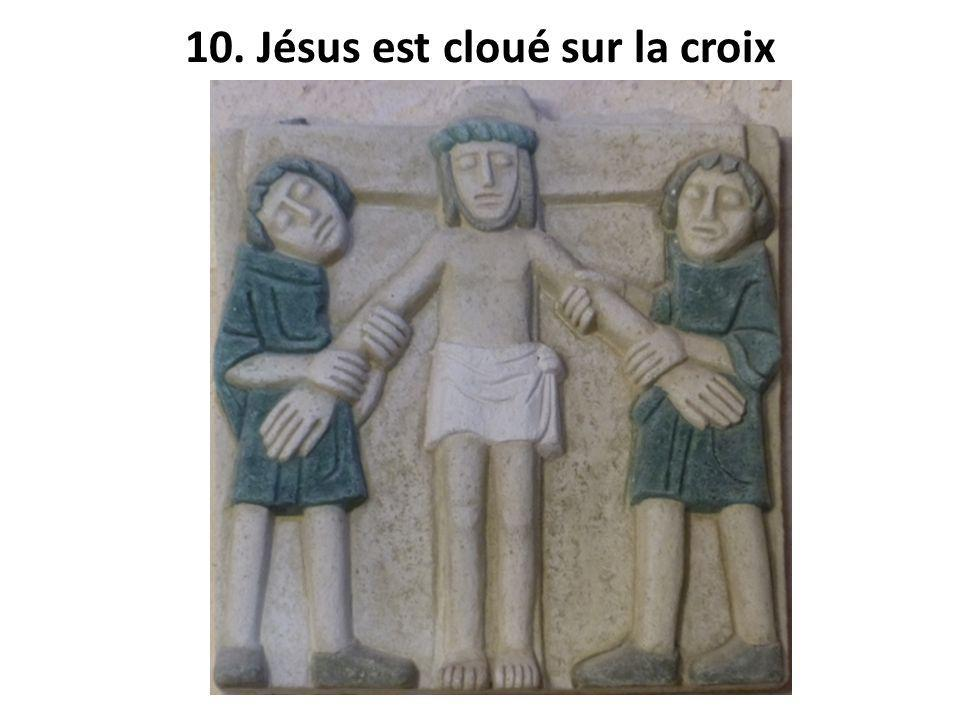 10. Jésus est cloué sur la croix