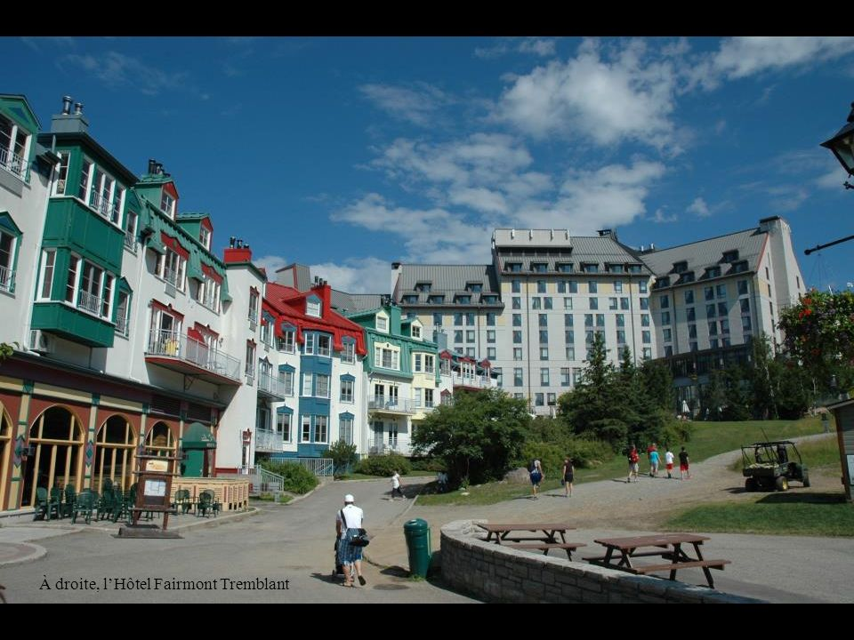 À droite, l'Hôtel Fairmont Tremblant