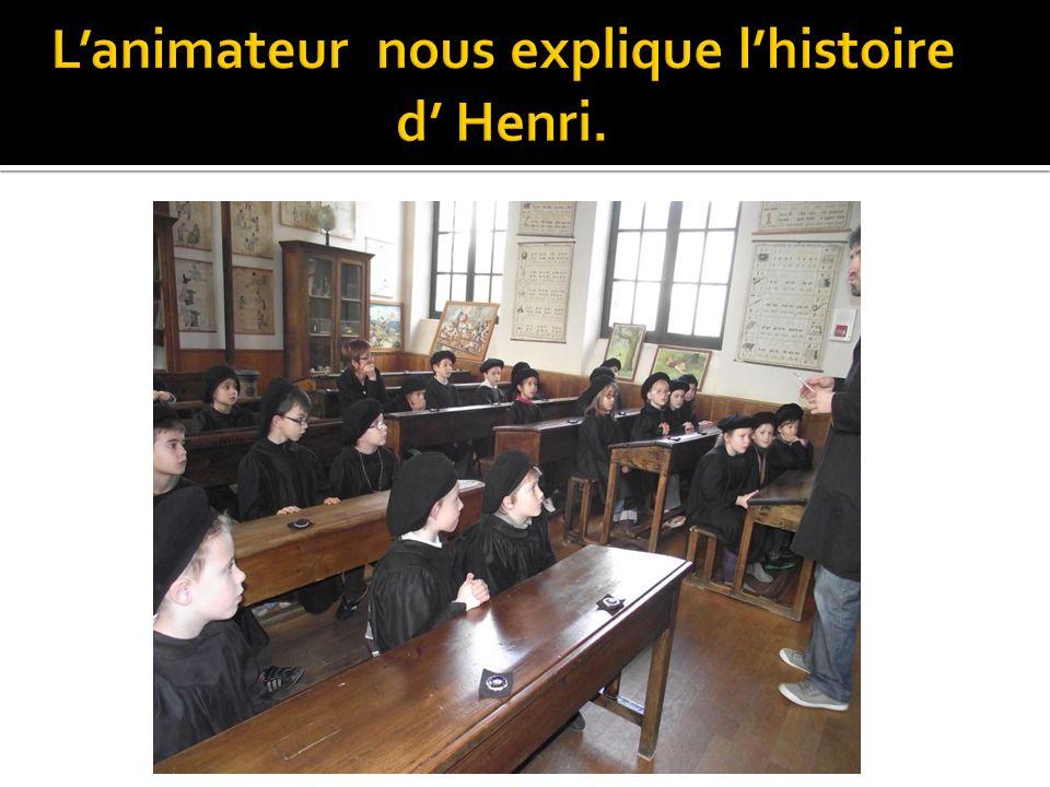L'animateur nous explique l'histoire d' Henri.
