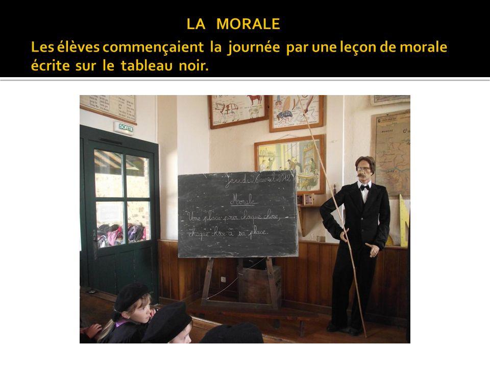 LA MORALE Les élèves commençaient la journée par une leçon de morale écrite sur le tableau noir.