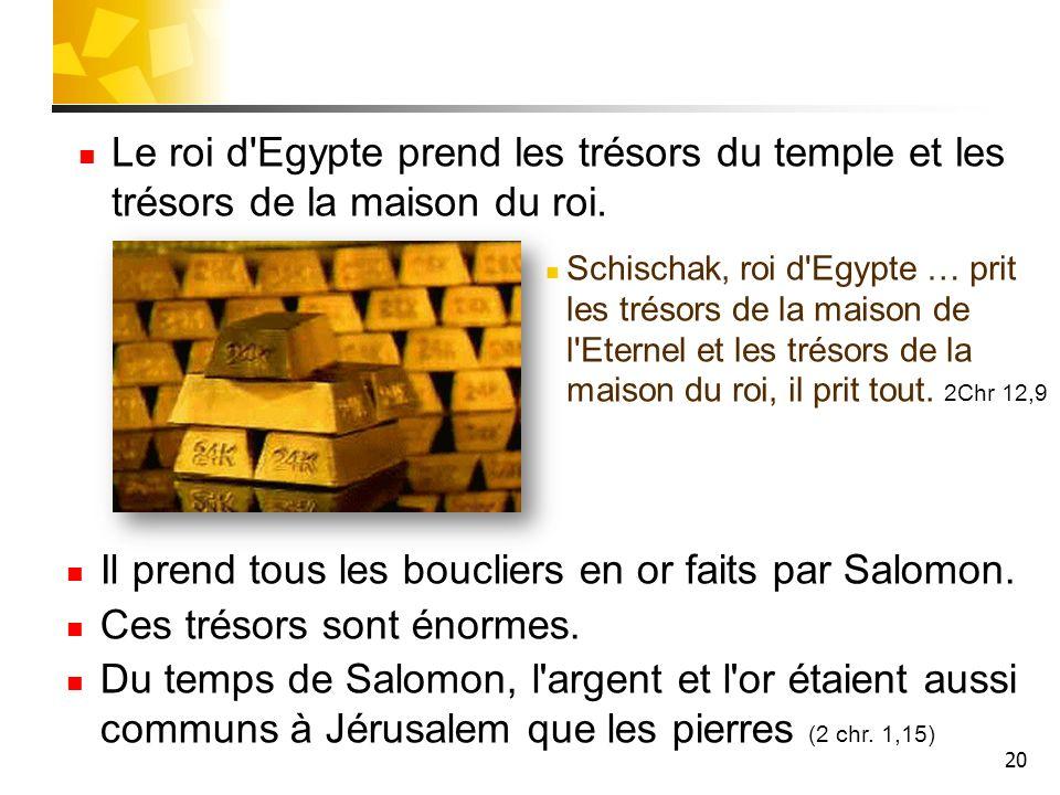 Il prend tous les boucliers en or faits par Salomon.