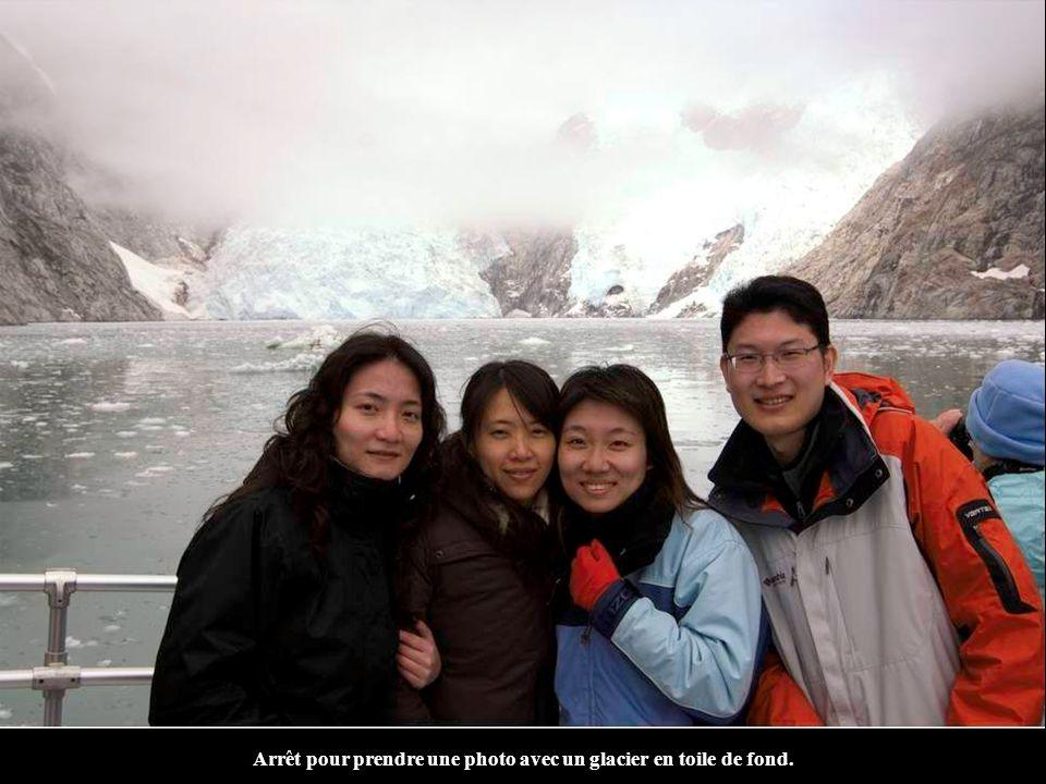 Arrêt pour prendre une photo avec un glacier en toile de fond.
