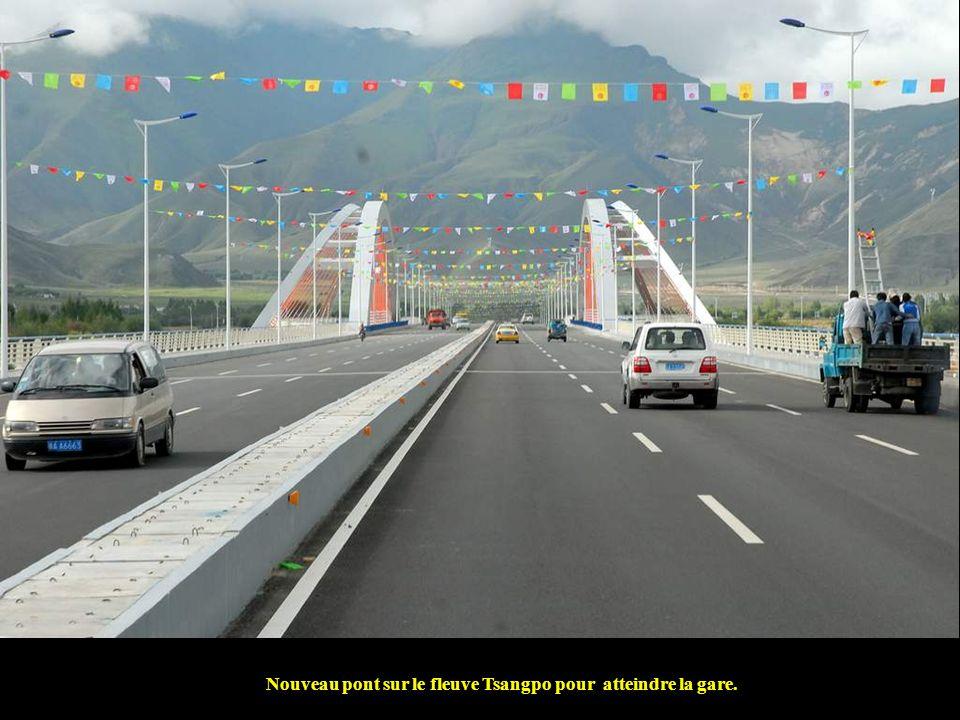 Nouveau pont sur le fleuve Tsangpo pour atteindre la gare.