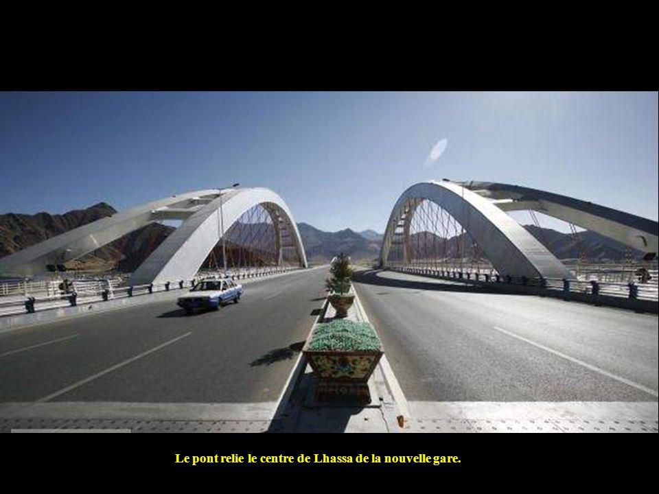Le pont relie le centre de Lhassa de la nouvelle gare.