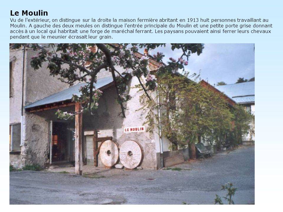 Le Moulin Vu de l extérieur, on distingue sur la droite la maison fermière abritant en 1913 huit personnes travaillant au Moulin.