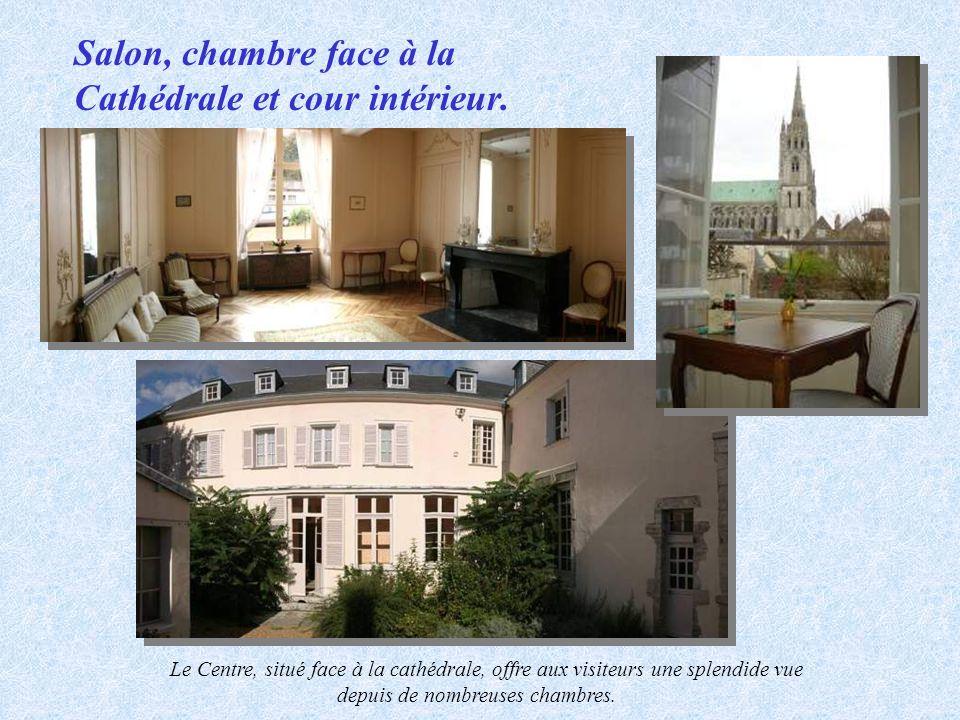 Salon, chambre face à la Cathédrale et cour intérieur.