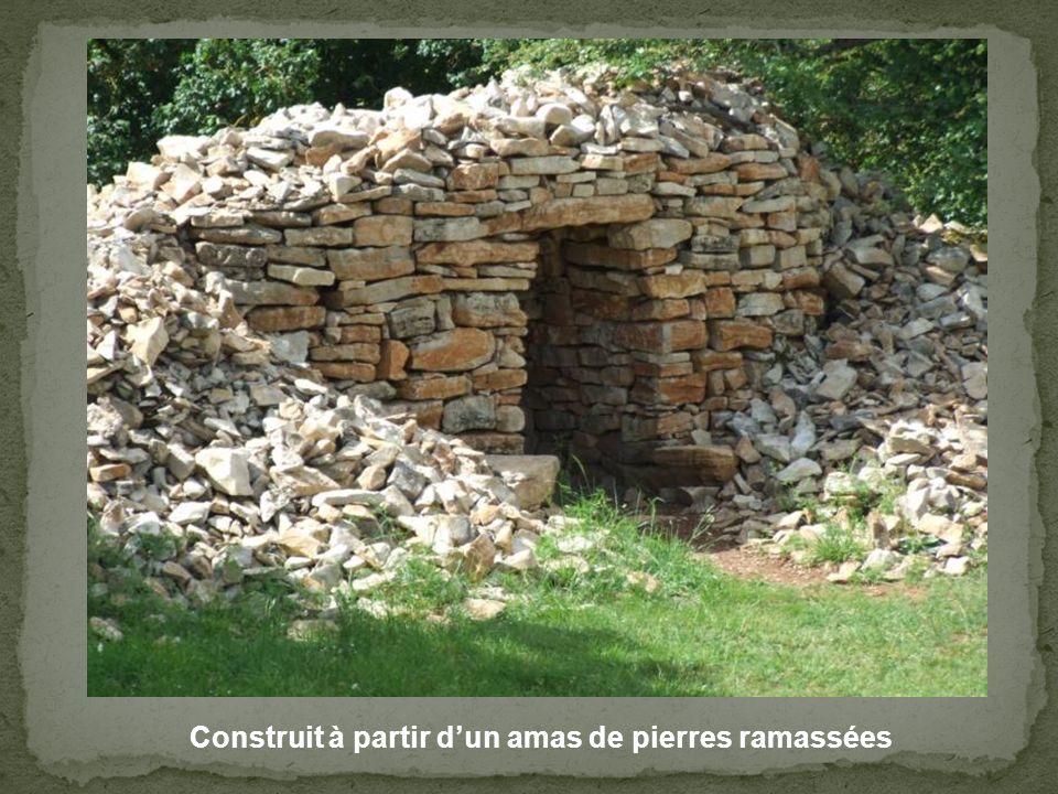 Construit à partir d'un amas de pierres ramassées