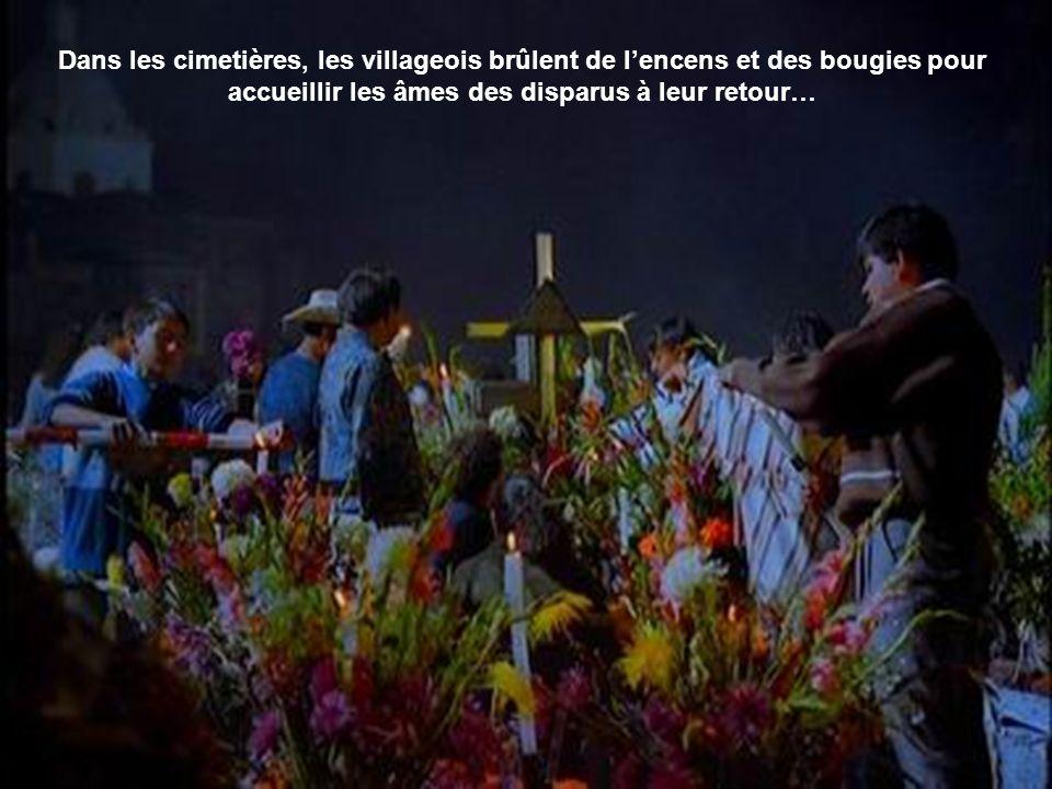 Dans les cimetières, les villageois brûlent de l'encens et des bougies pour accueillir les âmes des disparus à leur retour…