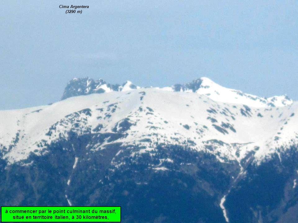 Cima Argentera (3290 m) à commencer par le point culminant du massif, situé en territoire italien, à 30 kilomètres,